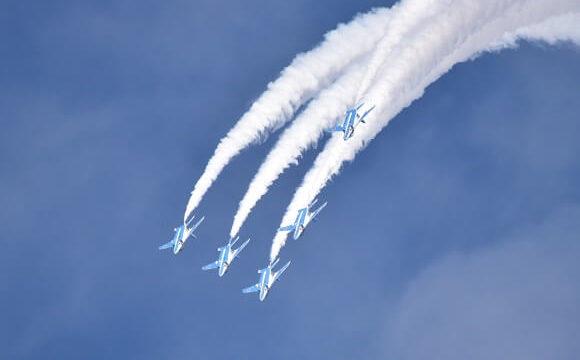 入間基地航空祭で青空を飛ぶブルーインパルスの勇姿