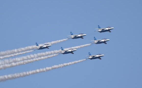 隊を組んで青空を飛ぶブルーインパルスの勇姿