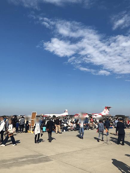 入間基地航空祭の飛行展示を見る多くの人びと