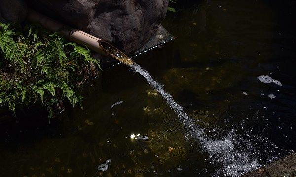 川越の町の一風景(小川に流れ込む獅子落としの水)