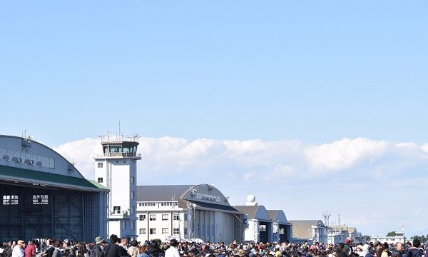 大勢の人で賑わう入間航空祭のメイン開錠