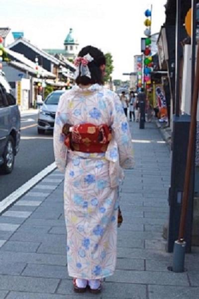 川越の一番街商店街を浴衣で歩く女性の後ろ姿