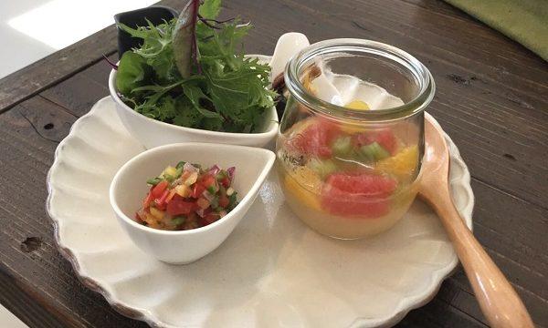秩父長瀞のカフェうらほとのカレーランチのサイドディシュ(前菜とデザート)
