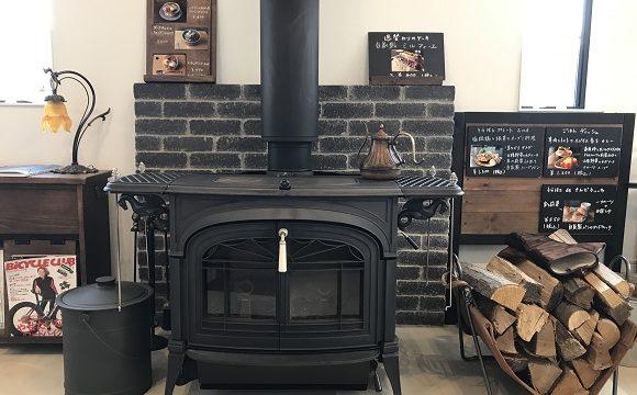 秩父市長瀞のカフェうらほと店内のおしゃれな黒い暖炉