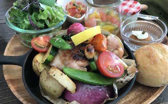 カフェうらほとの塩麹鶏と根菜のオーブン焼きがメインの色鮮やかなランチプレート