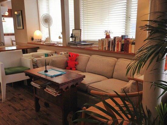 ゆったりとしたソファと木のテーブルが置かれたカフェポルトメゾンルームスのゆったりとした店内