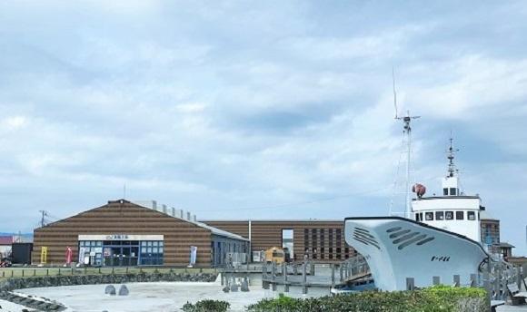 千葉県の道の駅ちくら潮風王国の全景と敷地内にある漁船千倉丸のレプリカ