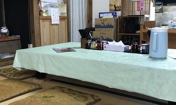 『華乃蔵』店内の様子(テーブルの上に綺麗に並べられた調味料など)