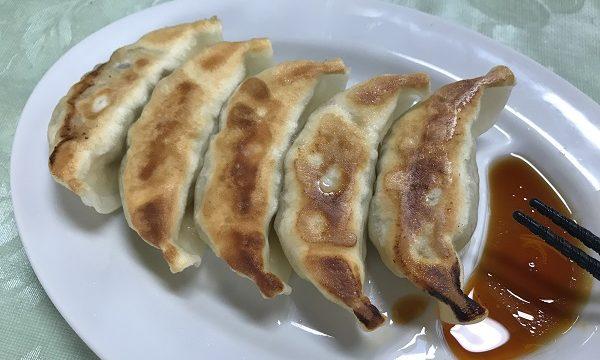 『華乃蔵』の美味しそうな焼き色がついた餃子(ひと皿5個入り)