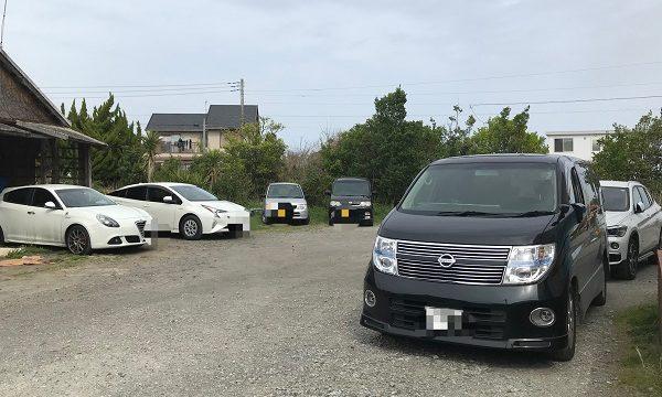 『華乃蔵』の駐車場の自由な駐車風景