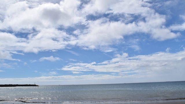 青空に浮かぶ白い雲と夏の海