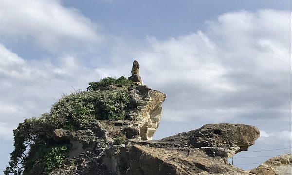 青空に映える仁右衛門島にあるとんび岩
