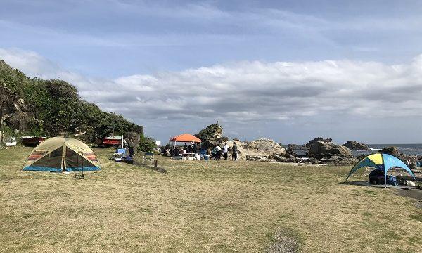 仁右衛門島の海沿いにあるバーベキューエリア