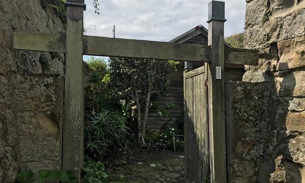 仁右衛門島島主の平野仁右衛門宅の石垣に囲まれた門
