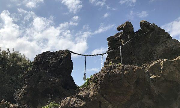 仁右衛門島にある日蓮聖人が旭を拝んだと言われる岩場