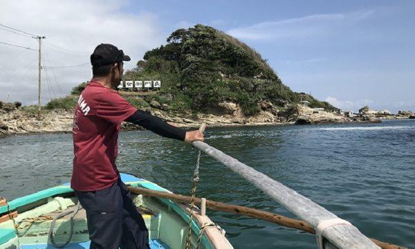 太海浜から仁右衛門島へと渡る手漕ぎの渡し船