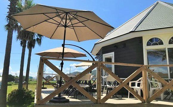 カフェマカイの開放的なテラス席