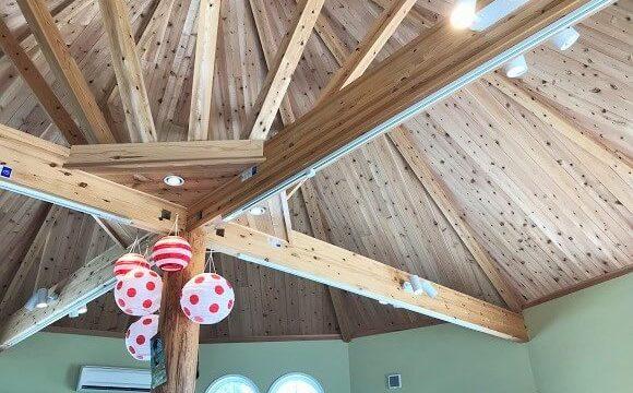 カフェマカイの店内(高い天井と太い梁の様子)