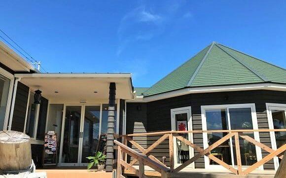 鴨川市にあるカフェマカイのカフェレストラン棟の入口