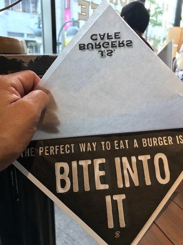 J.S.BURGERS CAFEのテーブルにあるハンバーガーを入れる専用の袋