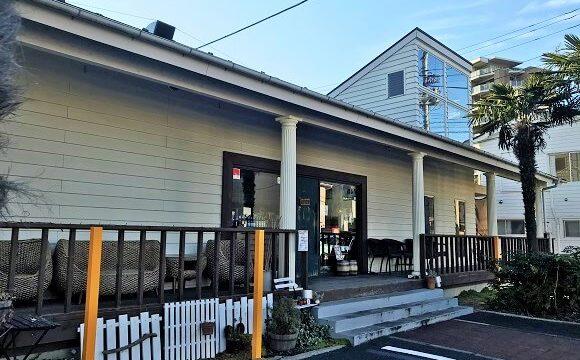 ジョンソンタウンのあるカフェ『ボンボンウェボン』のアメリカンな店舗外観