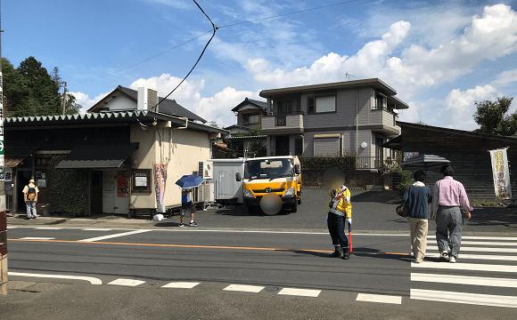 巾着田への道(再度、横断歩道を渡り左折)