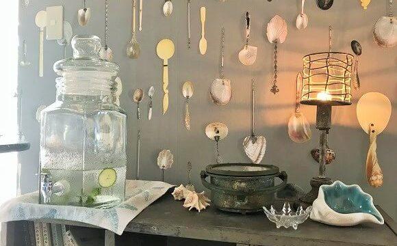 貝殻喫茶室の店内に飾られたおしゃれな雑貨たち
