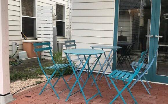 店舗前にある海を感じさせる鮮やかなブルーのテーブル席