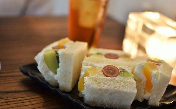 貝殻喫茶室の黄桃・キウイ・ぶどうの入ったフルーツサンド