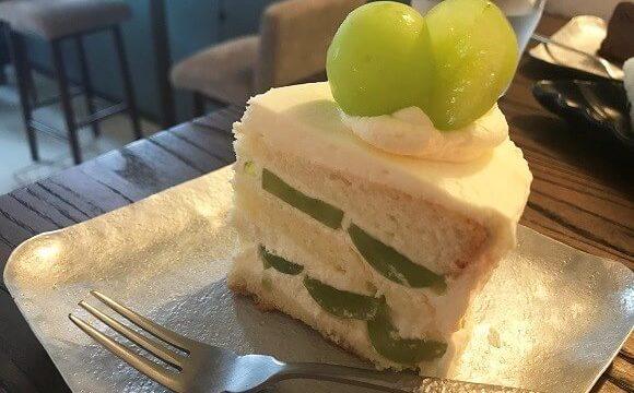 貝殻喫茶室のシャインマスカットがぎっしり入ったショートケーキ