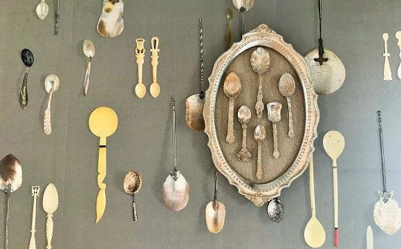 珍しいスプーンと貝殻をモチーフにした印象的な壁紙