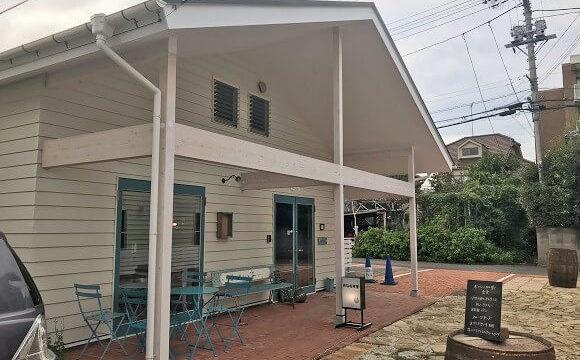 ジョンソンタウン内にある貝殻喫茶室の店舗外観