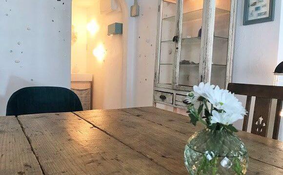 貝殻喫茶室のアンティーク調のテーブルと店内