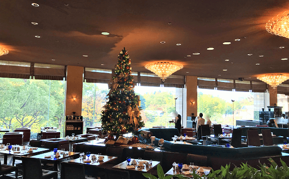 広々としたガーデンラウンジ内に飾られたクリスマスツリー