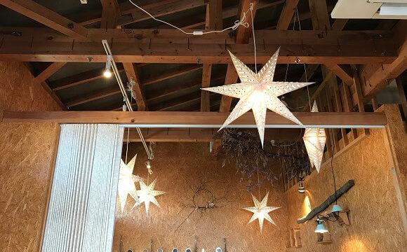 レシピレシピの店内(吹抜け天井とおしゃれな星型照明)