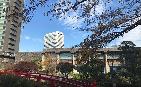 ホテルの日本庭園からガーデンラウンジを臨む