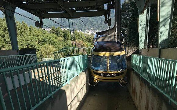 山頂駅に到着した宝登山ロープウェイ(ばんび号)