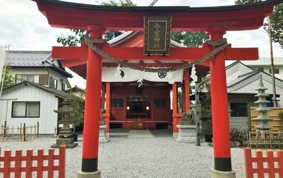 秩父今宮神社の美しい朱色の鳥居と社殿