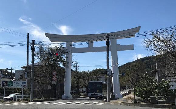 国道140号線越しに見える宝登山神社の一の鳥居