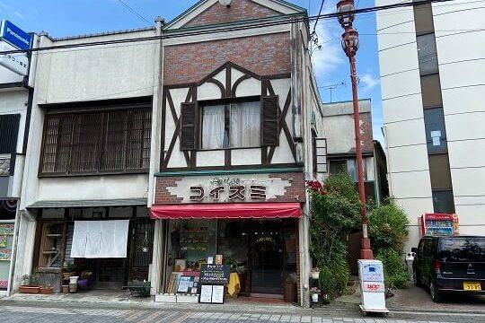 秩父市パーラーコイズミのレトロな店舗外観