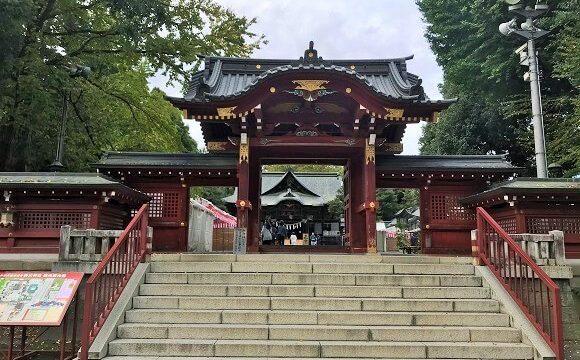 秩父神社の色鮮やかな山門と社殿