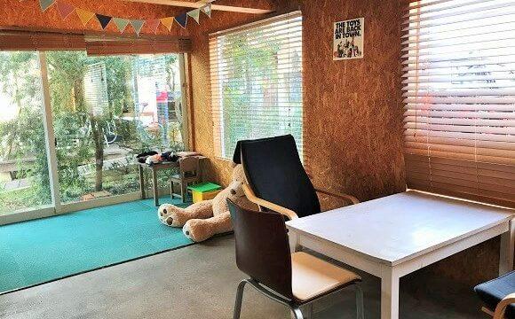 『コイガクボ』のイートインスペースに用意されている子供用プレイスペース