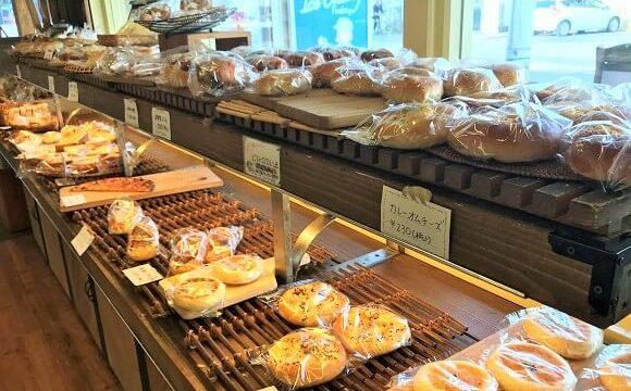 『コイガクボ』の店内に並べられた美味しそうな米粉パン