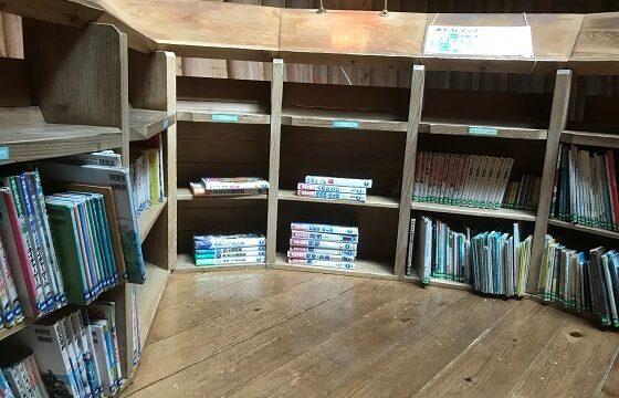 木の家2階にある図書コーナー