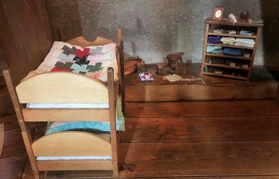 あけぼの子どもの森公園のきのこの家内にある小さなベッド