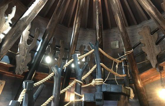 あけぼの子どもの森公園内にあるきのこの家にある屋根裏への螺旋階段